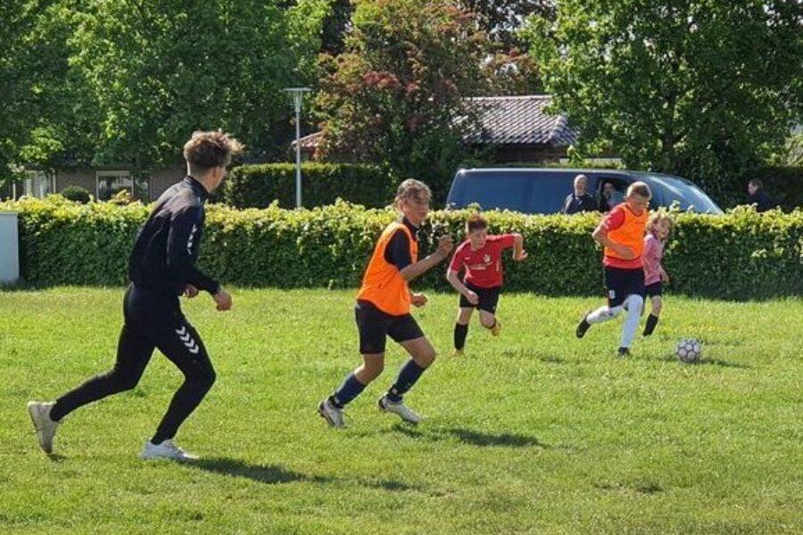 Kinderen met FC Emmen de straat op
